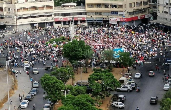بدء توافد المتظاهرين الى ساحة النور.. والحركة مشلولة