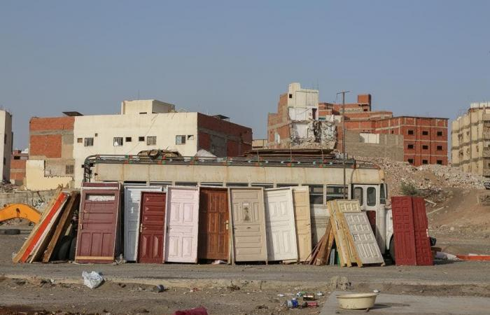 الخليح | ماهي قصة هذا الباب في صحراء غرب السعودية؟
