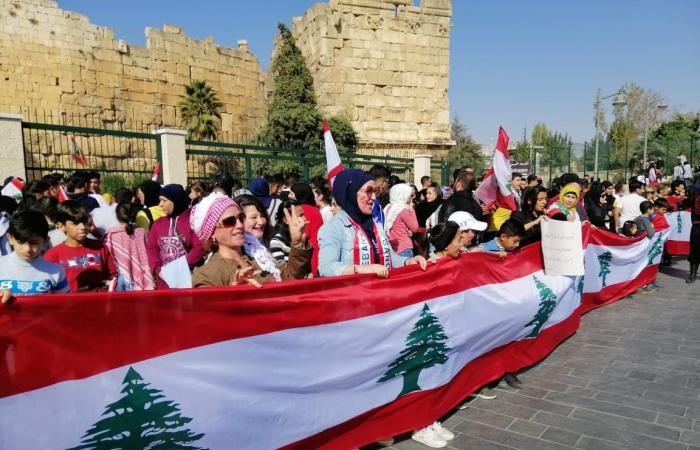 بالفيديو: مسيرة للمحتجين أمام قلعة بعلبك