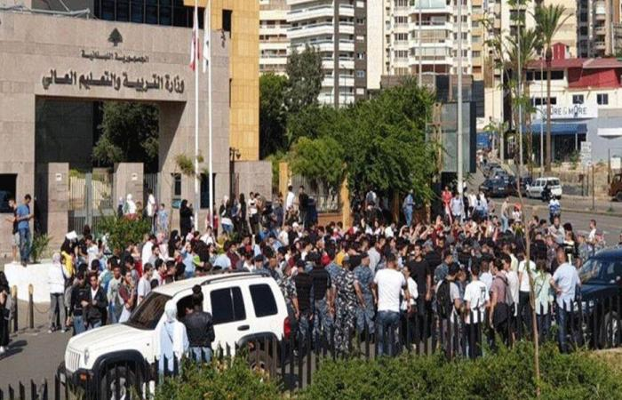 طلاب يتجمّعون أمام وزارة التربية في الأونيسكو