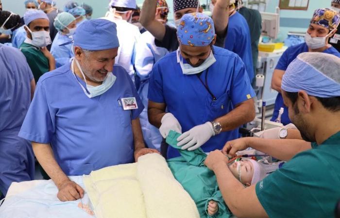 الخليح | نجاح عملية فصل التوأم الليبي أحمد ومحمد بعد 13 ساعة بالعمليات