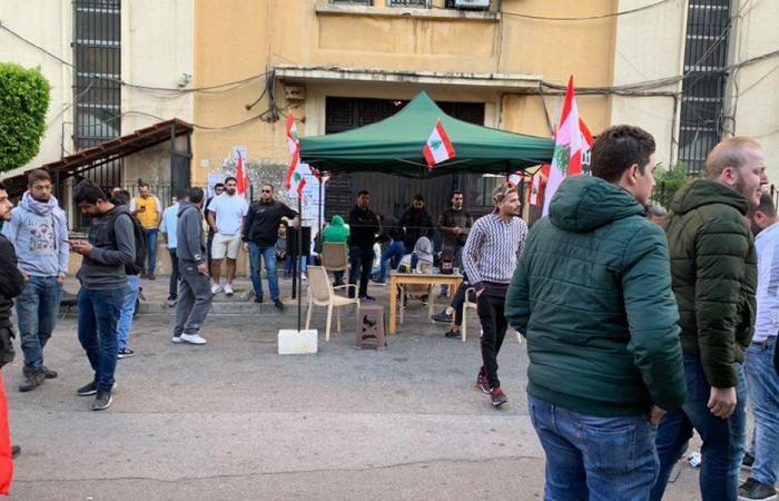 المحتجون نصبوا خيمة أمام مدخل مالية طرابلس