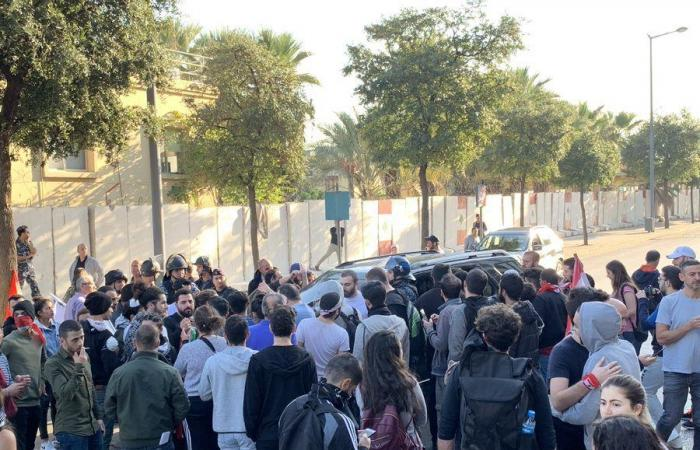 بالفيديو والصور: المحتجون يطوقون مجلس النواب.. وتدافع مع القوى الأمنية