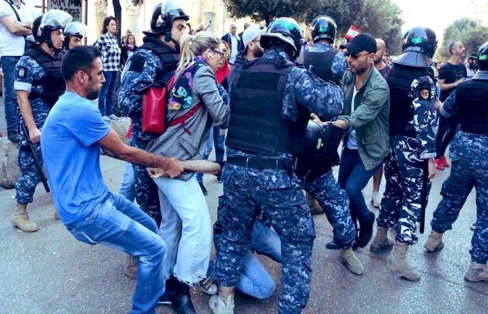 اشتباك وتدافع بين متظاهرين والقوى الامنية في رياض الصلح (بالفيديو)