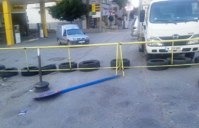 المحتجون قطعوا طريق حلبا وأعلنوا الاضراب العام