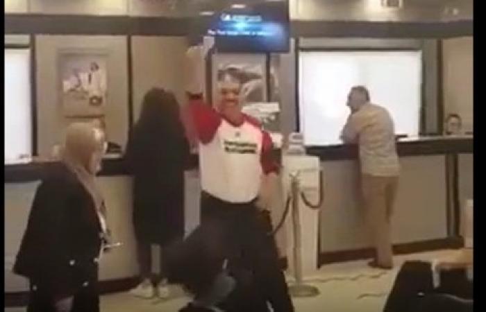 في المصرف.. رقص وغنّى بعد حصوله على مبلغ مالي! (فيديو)