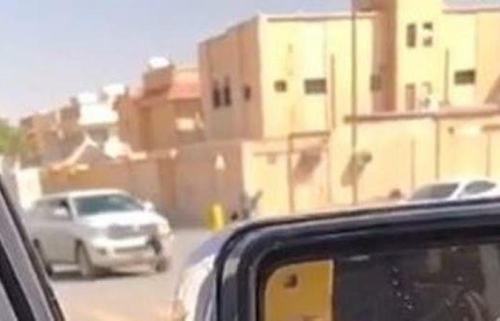الخليج | شاهد.. نجاة طالب من الموت بأعجوبة بعدما دهسته سيارة