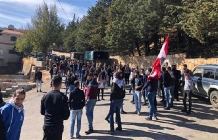 محتجون امام قلعة الاستقلال رفضًا للزيارة التقليدية الرسمية!