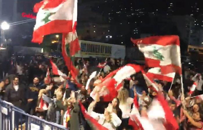 بالفيديو: المتظاهرون يحتفلون بذكرى الاستقلال في جونية