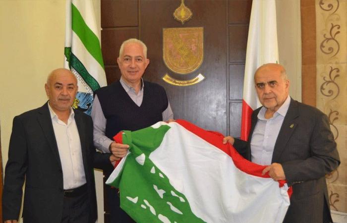 علم لبناني ضخم أمام بلدية طرابلس