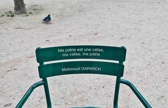 أشعار محمود درويش على مقاعد حديقة فرنسية