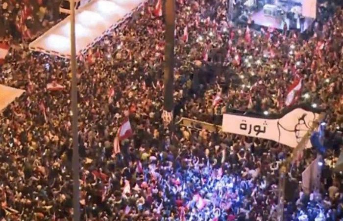 """بالصور: """"مجسّم قبضة الثورة"""" يعود إلى ساحة الشهداء"""