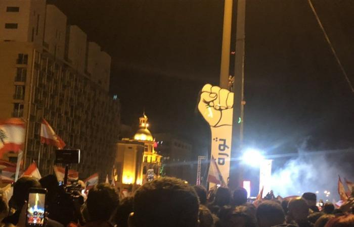 """بالصور والفيديو: """"قبضة الثورة"""" تنتصب في ساحة الشهداء مجددًا"""