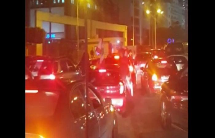 أسلوب جديد للاحتجاج.. مواكب امام منازل النواب للضغط  (فيديو)