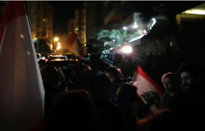 إعتصام أمام منزل سمير الخطيب رفضًا لتكليفه (فيديو)