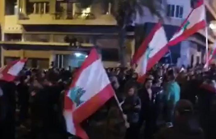 إزدياد أعداد المتظاهرين عند جسر الرينغ (فيديو)