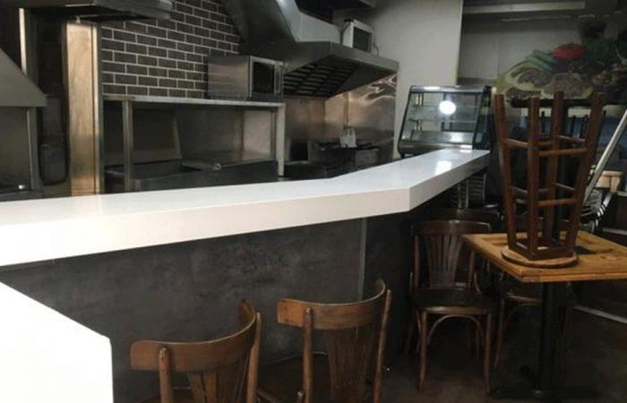 مطعم مانشيز يغلق أبوابه.. وعماله يعتصمون احتجاجًا