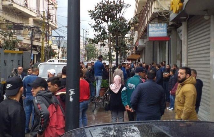 المحتجون أقفلوا عددا من المرافق في صيدا