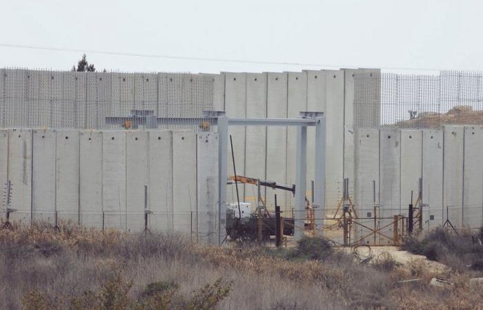إسرائيل تركب بوابة عملاقة حديدية على الحدود!