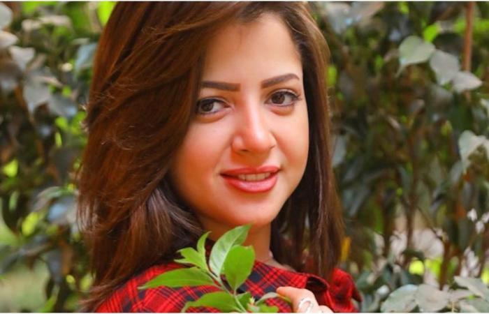 منى فاروق تشعل الجدل بسبب صورتها مع شاب مجهول!