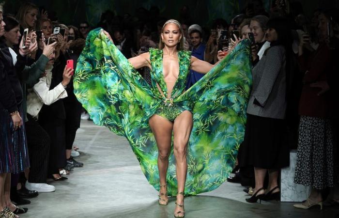 جينيفر لوبيز ترتدي فستانها الأيقوني الشهير للمرة الثالثة.. ما السبب؟