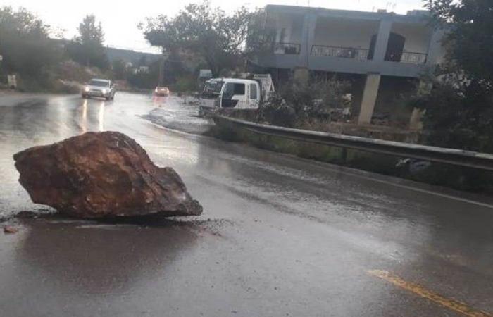 صخرة ضخمة وسط الطريق في قبعيت (صورة)