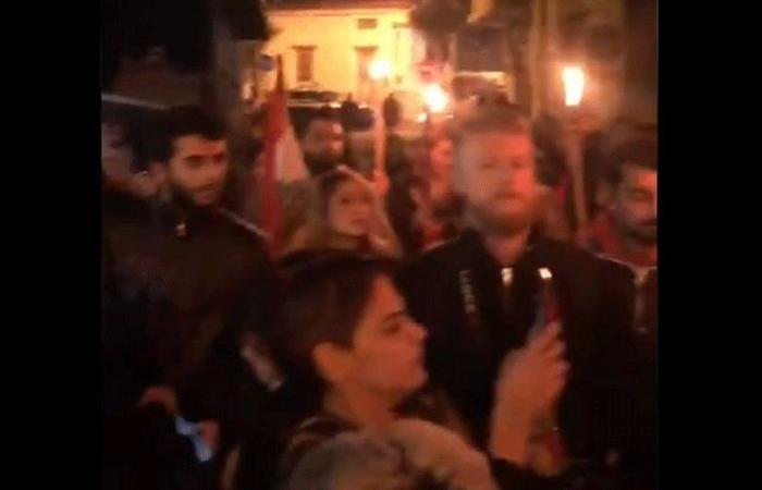 تجمع لعدد من المحتجين أمام منزل القاضية عون (فيديو)