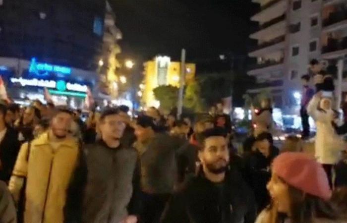 تظاهرة أمام منزل رئيس بلدية الميناء