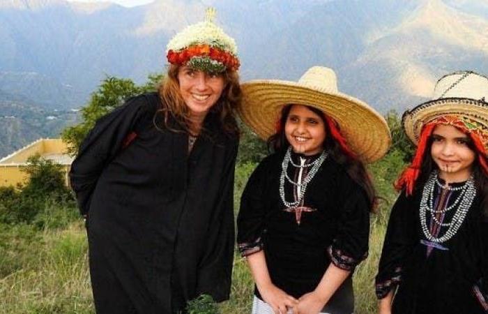 الخليج   شاهد فرنسية تعيش تجربة المرأة الجنوبية فوق جبال جازان