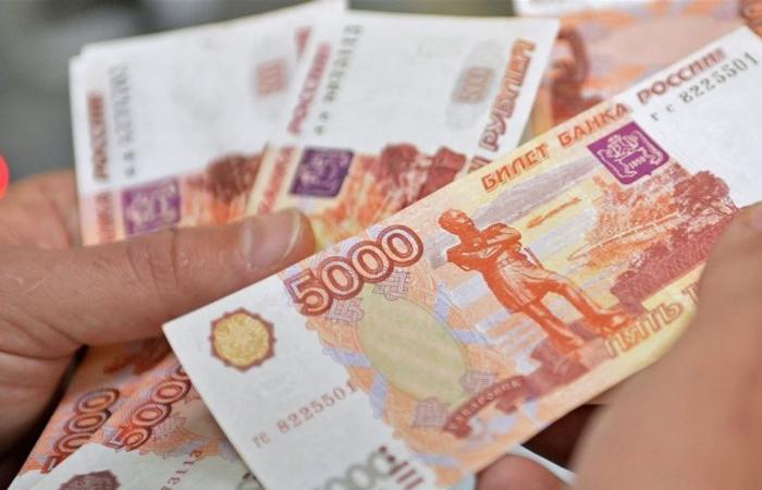 ارتفاع الروبل الروسي لأعلى مستوى له مقابل الدولار منذ 18 شهرا