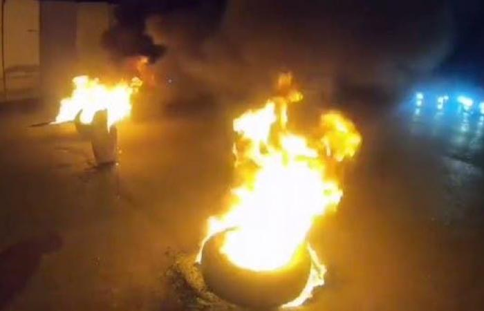 العراق | بعد بغداد.. قطع طرق في كربلاء وإحراق إطارات