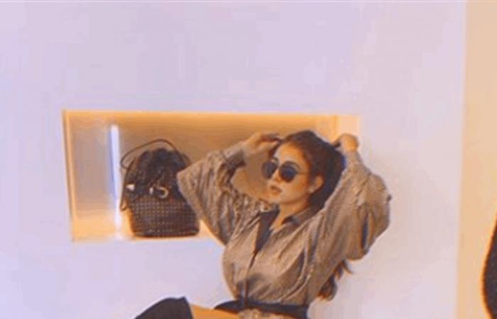 فنانة سورية تفاجئ متابعيها بإطلالة جريئة جداً.. ارتدت سترة فقط!