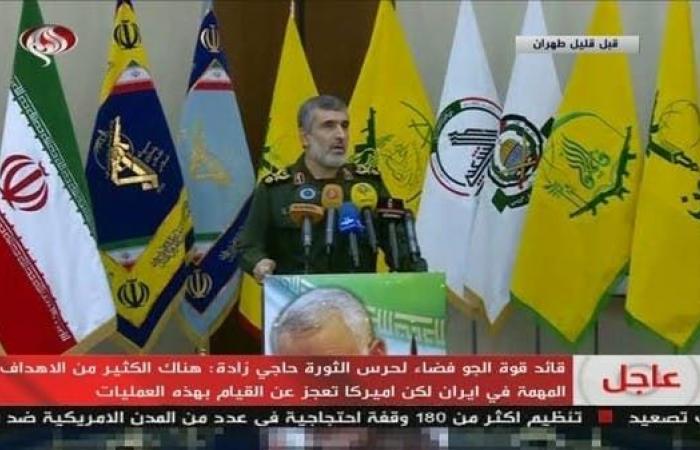 إيران   قائد بالحرس الثوري يظهر وخلفه أعلام الميليشيات التابعة لطهران