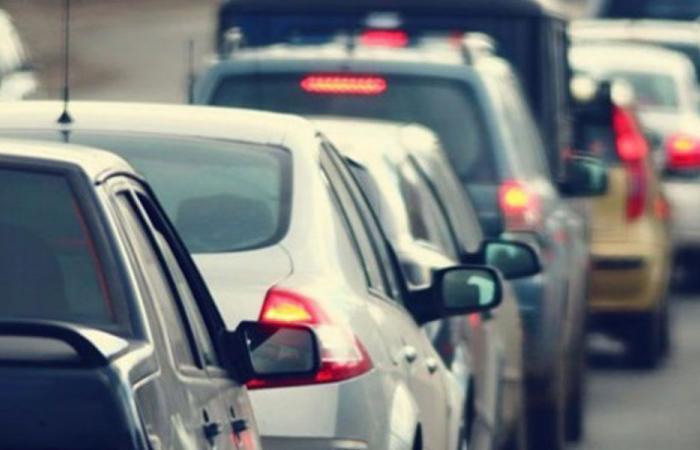 """الـ""""airbag"""" يفتح بسبب الحفر أوتوستراد جبيل.. وأبي رميا يعلق (بالفيديو)"""