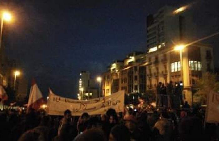 استمرار التظاهرة أمام مدخل مجلس النواب