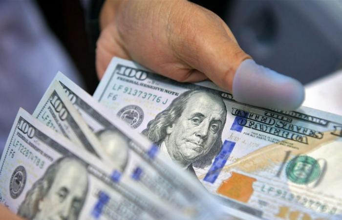 بعدما وصل إلى 2500 ليرة.. ما سبب تراجع الدولار المفاجئ مساء أمس الجمعة؟