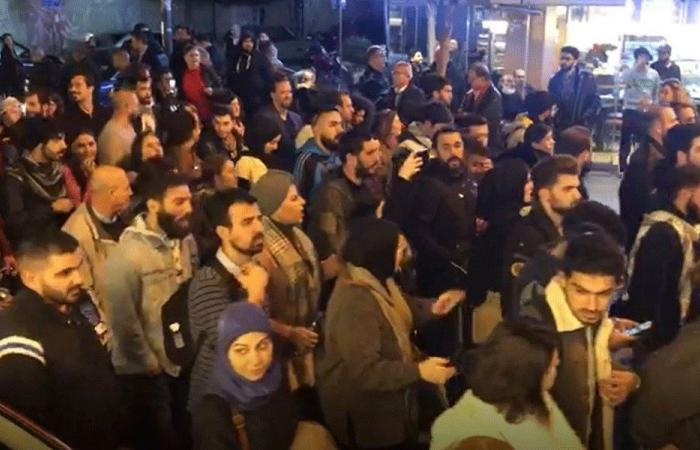 """المحتجون في الحمرا: """"يا للعار ويا للعار.. حكام بلادي تجار"""" (فيديو)"""