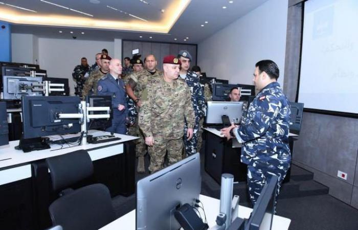 بالصور: قائد الجيش في ثكنة الحلو