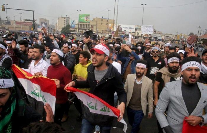 العراق   شاهد.. اعتقال ناشط عراقي في الحلة والمتظاهرون يتدخلون
