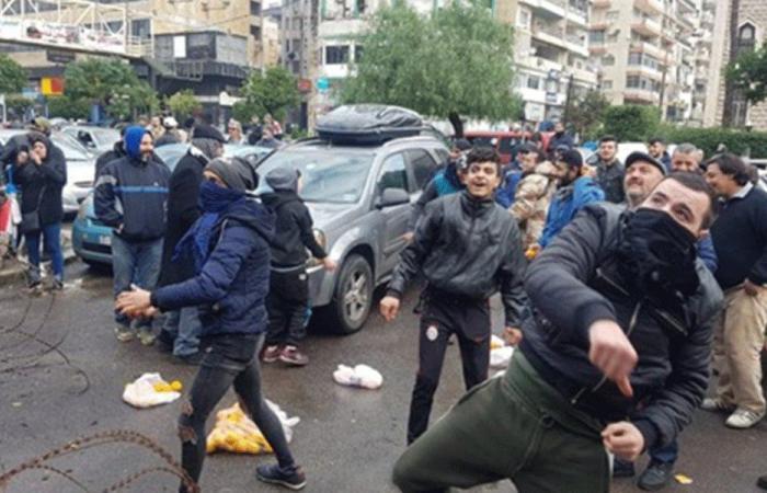 محتجون يرشقون سرايا طرابلس بالليمون (فيديو)