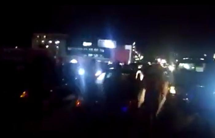إقفال أوتوستراد جبيل اعتراضاً على الاعتقالات (فيديو)
