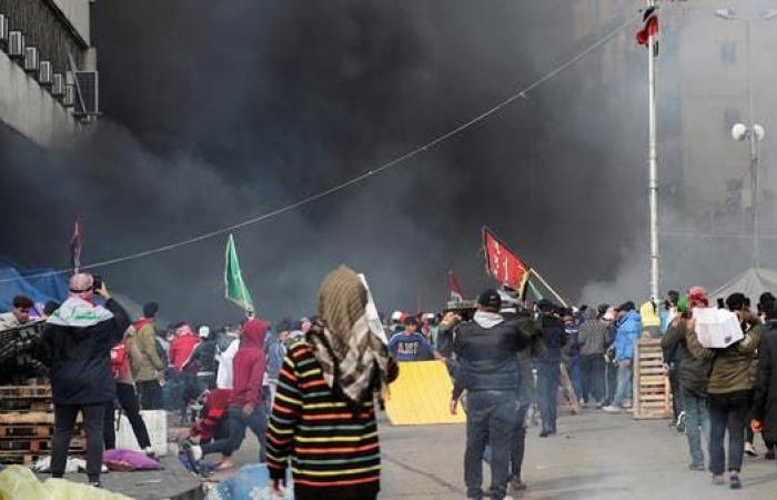 العراق | انفجار عبوة صوتية ببغداد.. وأنصار الصدر يقمعون المحتجين