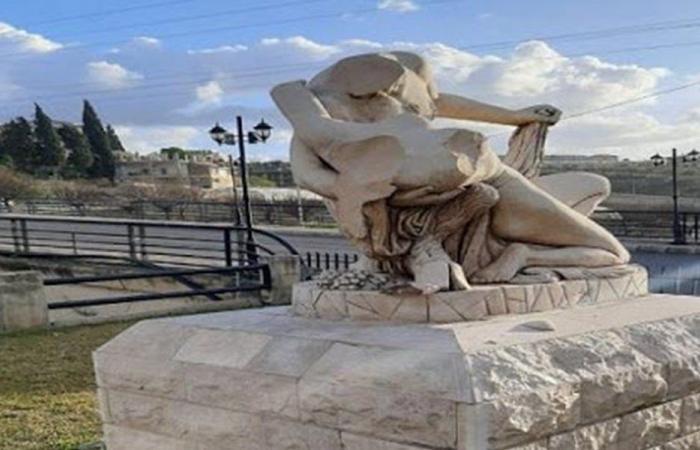 فلسطيني يحطم تماثيل حدائق الرميلة