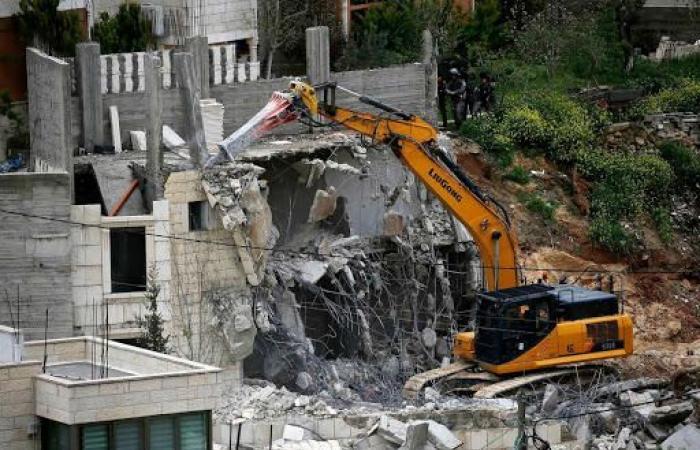 فلسطين | الاحتلال يجبر عائلة الدبس في جبل المكبر على هدم منزلها
