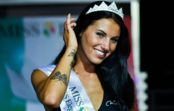 """ملكة جمال إيطاليا تقدم تمثال كريستيانو رونالدو """"الأسطوري"""".. شاهدوا!"""