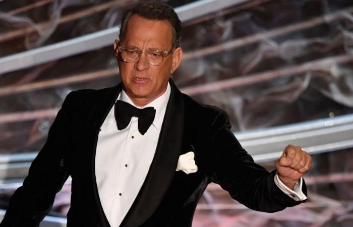 """توم هانكس يمارس تمارين """"بوش أب"""" على سجادة أوسكار الحمراء.. بعمر 63!"""
