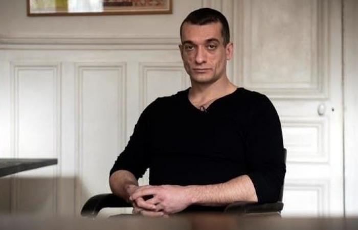 سرّب فيديو فضائحي.. فرنسا توقف فنانا روسيا مثيرا للجدل