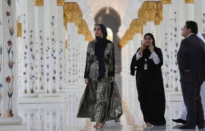 في بداية زيارتها للإمارات..إيفانكا ترامب بغطاء رأس بمسجد الشيخ زايد!