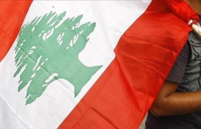 """ضعف الثقة يدفع اللبنانيين لسحب """"تحويشة العمر"""" من البنوك"""