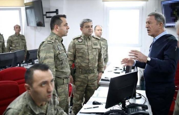 سوريا | وزير الدفاع التركي يصل الحدود السورية مع قائد القوات البرية و يتحدث مع جنوده في إدلب